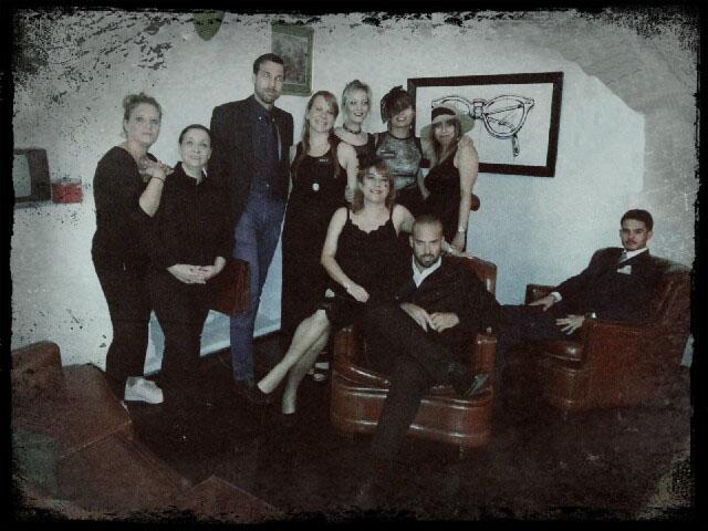Equipo de El Secreto de los Fallen, cena con asesinato de Cluedo Sevilla, posando